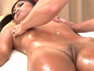 Sexy Kanika gets erotic massage